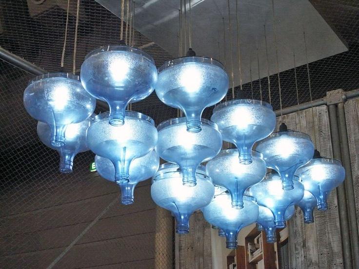 Garrafas de Agua reutilizadasHanging Lights, Water Bottle, Lights Fixtures, Water Jugs, Furniture Piece, Bottle Lamps, Farmhouse Kitchens, Pendants Lights, Water