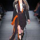 В 1981 г. в неделе прет-а-порте в Париже впервые приняли участие Ёджи Ямамото и Рей Кавакубо. Их коллекции вызвали шок в мире моды. Одни восприняли модели японцев как карикатуру на европейскую одежду, другие стали их горячими поклонниками, воспринимая эту одежду не как атрибут моды, а как произведение искусства, в котором выражена новая философия одежды. Тогда стиль коллекций японцев...