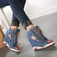 Heel:about 10cm, platform:about 2cm  EU36=US 5 =foot length 23 CM  EU37=US 6 =foot length 23.5CM  EU