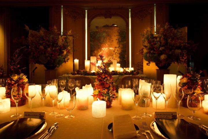 ゲストが集うテーブル演出にもキャンドルは有効♪ゲスト同士が会話をしやすく、新郎新婦の顔もよく見えるように低めのキャンドルを並べるのがおすすめ。