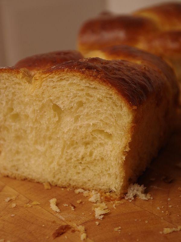 Recept på Brioche. Enkelt och gott. Riktig brioche ska innehålla så mycket smör och ägg att det precis håller ihop, men ju mer smör desto större risk att degen skär sig. Hemligheten för att lyckas få ihop en bra deg är att hålla samtliga ingredienser kalla. Och för att bli riktigt fin så måste degen få jäsa ett par timmar och sedan vila i kylskåp över natten. Som om inte brödet vore tillräckligt onyttigt i sig, är det rent ljuvligt att äta nybakat med smör på.