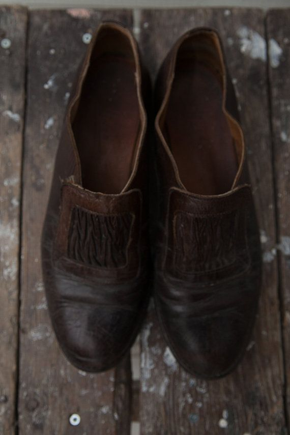 Vintage Leather Pumps / 1980s Vintage Dark Brown Flat Leather Pumps / EUR Size 39 / Women Ladies Shoes / Leather Chunky Heels / Brown Shoes  A true vintage leather flat slip on shoes. Cute and comfy!  ♔♔♔ SIZE Shoe size: Size 39 / UK 6,5 / US 8.5.  ♔♔♔ MEASUREMENTS Outer sole 27 cm / 10.6 in Width 9 cm / 3.54 in  ♔♔♔ BRAND Made by: Linea, made in Italy. Material: leather. Condition: great vintage condition. No holes. No stains. Sole in good conditi...