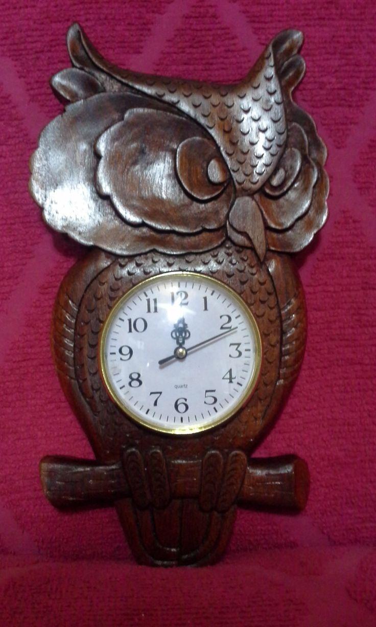 Reloj tallado en madera