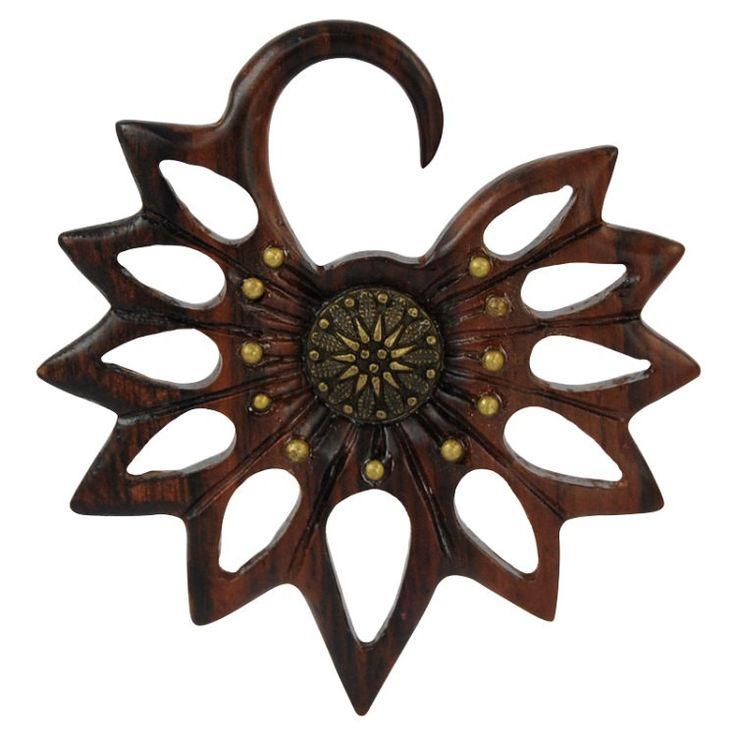 Espansione lobo orecchio in legno raffigurante un fiore Balinese con centrale in ottone . Artigianale , Vari diametri di Micromutazioni su Etsy