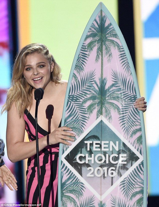 Chloe Grace Moretz wins best film comedy actress Teen Choice Award in front of beau Brooklyn Beckham | Daily Mail Online