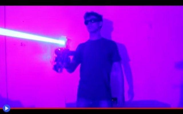 L'eccezionale cannone laser del giovane Drake Gli hobby ci definiscono, connotano la nostra personalità. Ciò che scegliamo di fare del nostro prezioso tempo libero, sia ciò produttivo o un semplice mezzo per svagarsi, divertente o impegnativo, è #laser #armi #scienza #esperimenti #usa