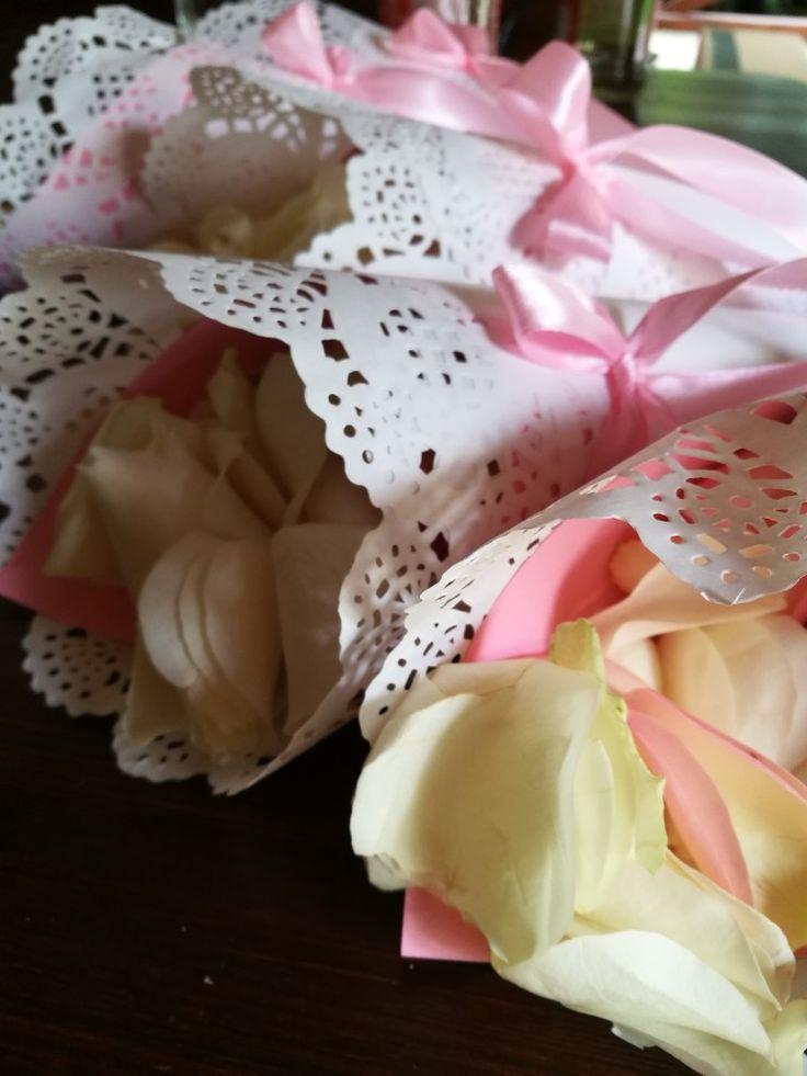 Sziromszórás tölcsèrből #szirom #tölcsèr #esküvő #rózsaszín #csipke #virágszirom #koszorúslányok #alexandraeskuvo  www.alexandraeskuvo.hu
