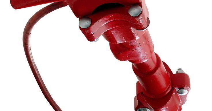 Como os sistemas pneumáticos funcionam. Qualquer um que tenha visto um operário de construção com uma britadeira no chão já viu um sistema pneumático funcionando. O sistema pneumático de operação da britadeira funciona porque o gás comprimido é usado para girar uma turbina ou cilindro, que por sua vez cria um movimento mecânico que o operário precisa para que a britadeira trabalhe. Há ...