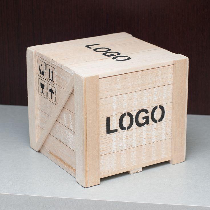 Caja de Madera de Balsa, forma container de avión. Logo serigrafiado