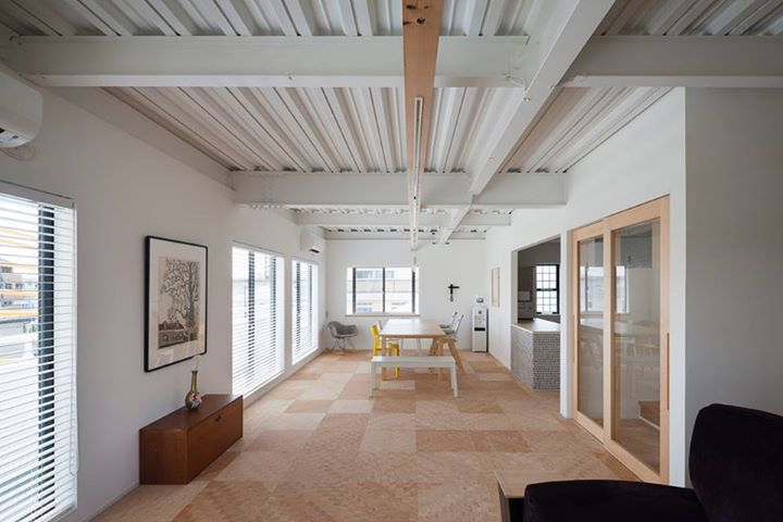 位於神奈川的鋼骨三層透天戶建建築,原本是工業化的住宅產品,被年輕夫婦買下後進行改造,將全棟房屋的外觀和內部全部塗佈成為白色,再以無垢木料進行壁面和收納隔間牆的改裝,利用有限預算將室內變身成為略帶工業風格的日式住家,完成最佳的全能改造。  via 西粟倉・森の学校
