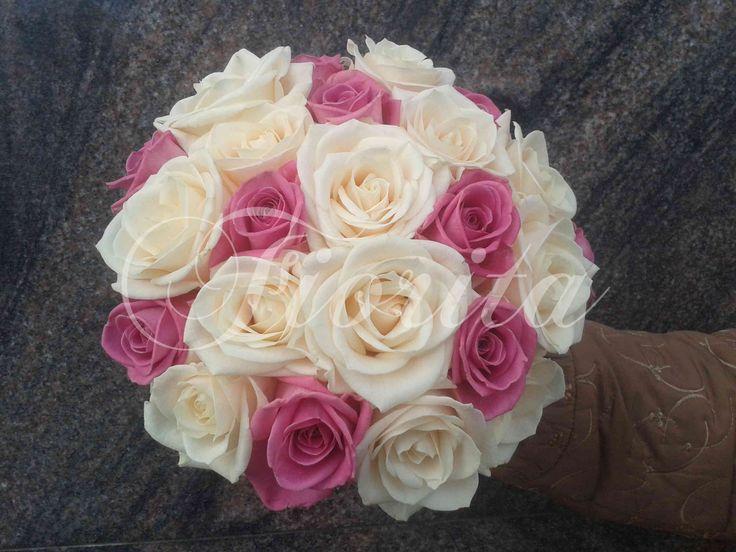 Kytice nevěsty z různobarevných růží