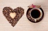 Taza de café y granos en forma de corazón con la galleta en la corteza de canela y envuelto con cinta roja sobre el plato. Representan Día de San Valentín stock photography