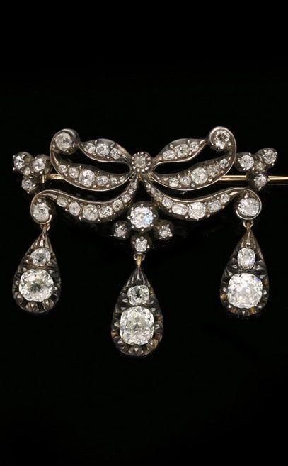 FINE ANTIQUE VICTORIAN 'EN GIRANDOLE' OLD MINE cut DIAMOND BROOCH c.1850. Set in sliver & gold of foliate scroll design. #Victorian #antique #brooch