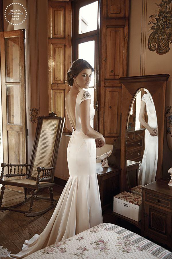 Vestido de noiva de cetim com corte sereia, decote nas costas e manguinhas bordadas - toque vintage - casamento no campo { Vestido: Wanda Borges | Foto: Lucas Fonseca }