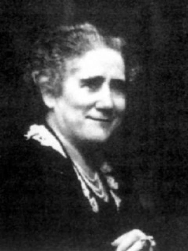 Clara Campoamor Nacida en Madrid en 1888. Es considerada como una de las madres del movimiento feminista y sufragista en España, siendo una de las tres diputadas de las cortes constituyentes de la II República. Defensora de la igualdad de derechos de la mujer, fue una de las impulsoras de la aprobación del sufragio universal en España, logrando el voto femenino en las primeras elecciones republicanas, así como la primera ley del divorcio.