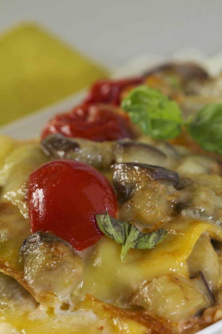 Ingredienti 250 gr di lasagne all'uovo 1 kg di pomodorini 500 gr di melanzane 1 spicchio d'aglio alcune foglie di basilico fresco ol...