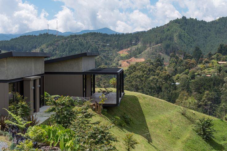 Construido en 2016 en Retiro, Colombia. Imagenes por Isaac Ramirez. La casa está ubicada en una zona rural del Retiro, municipio a las afueras de la ciudad de Medellín. Los clientes, una pareja joven, tenían el lote...