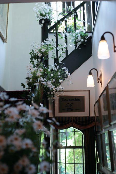 初夏の装花 マーガレットの階段とアジサイのエントランス装花 : 一会 ウエディングの花