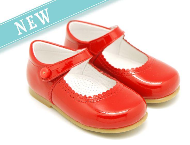 Tienda online de calzado infantil Okaaspain. Merceditas de charol rojo escotadas con botón para niñas. Calidad al mejor precio hecho en España.