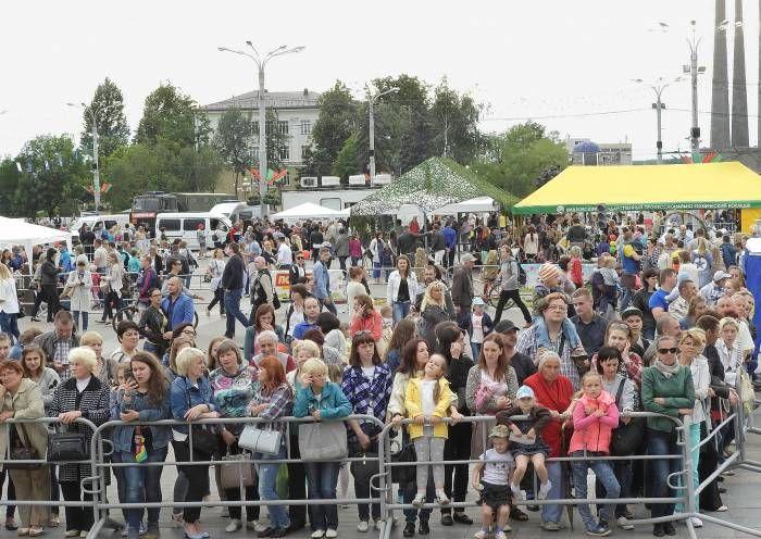 вчера ГАИ впервые провела масштабную акцию на площади Победы  В понедельник, 17 июля, сотни детей и их родителей пришли на акцию «За безопасность вместе!»,организованную Госавтоинспекцией. Фото Светланы Васильевой Как мы писали ранее, с 10 часов утра и до позднег�