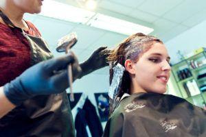 Sicherheit von Haarfärbemitteln: Was Sie über Salon- und Kartonfarben wissen müssen