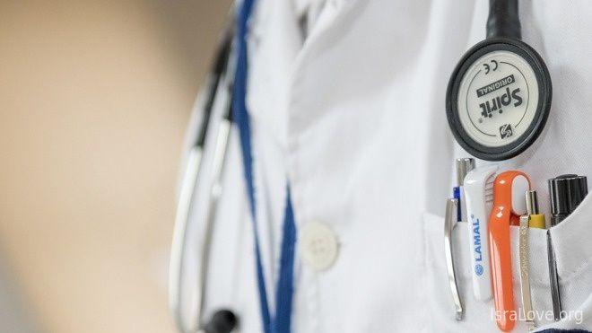 Еврейский доктор, воодушевленный слухами, что в Америке доктора зарабатывают больше, переехал в США, но долго не мог найти работу в американских больницах, поэтому решил открыть свою небольшую частную клинику.