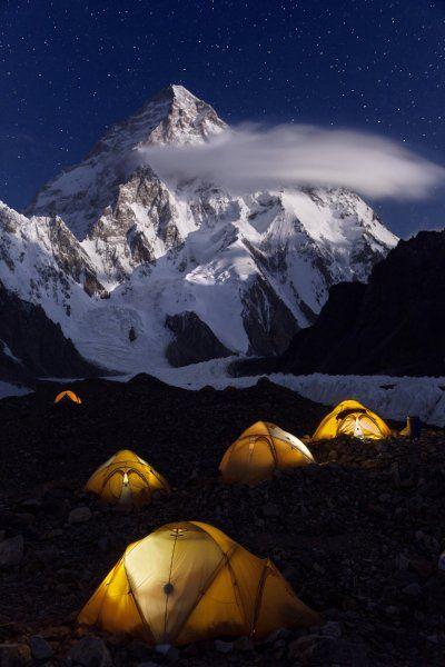 Ebenfalls in der Nacht entstand diese beeindruckende Aufnahme eines Camps am K2...