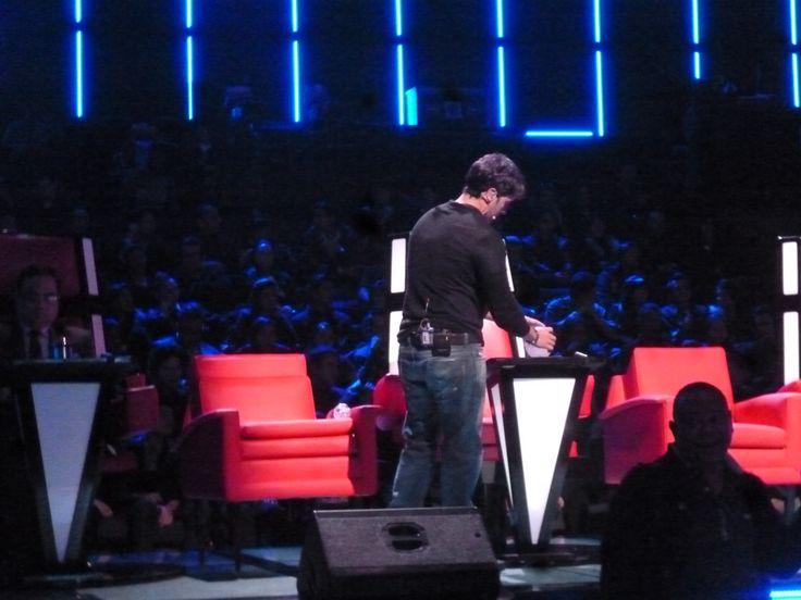 Jugando con un miniregalito que le dejamos en la silla! Luis Fonsi en la Voz Colombia