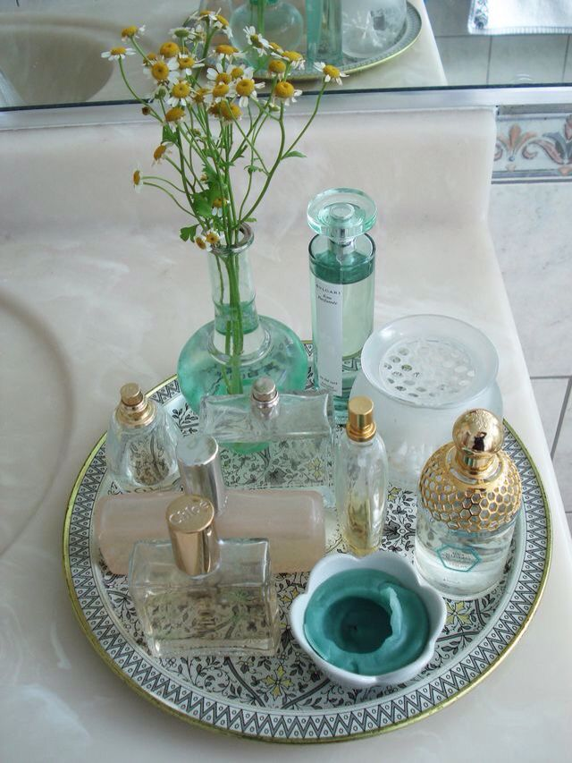 The ( round) tray contains and vignettes these pieces Deco