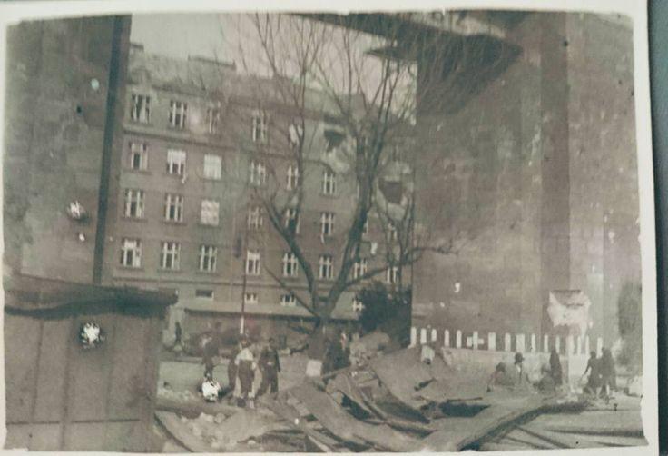 Balabenka, dnes dům Sokolovská 161. Foceno někdy v květnu 1945, na dům se střílelo z obrněného vlaku.