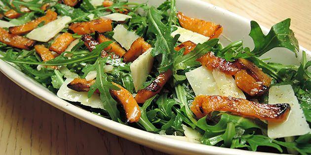 Utrolig simpel og lækker salat med bagt hokkaido, rucola og parmesan. Wow, det er godt!