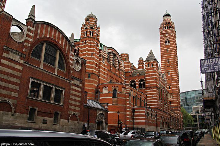 ФотоПутешествия с Паулем Вестминстерский  католический  собор.  Собор возводился в течение 8 лет, с 1895 по 1903 год.  Он  построен   в непривычном для этих мест византийском стиле. Стены выкладывались из красного кирпича с прослойками портландского известняка.