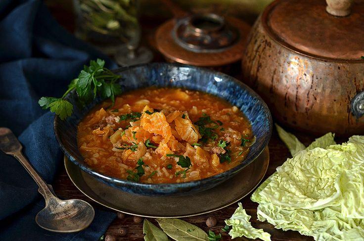 Zupa z włoskiej kapusty przypadnie do gustu wielbicielom gołąbków. Te same składniki - mielone, wieprzowe mięso, włoska kapusta, ryż i pomidory.