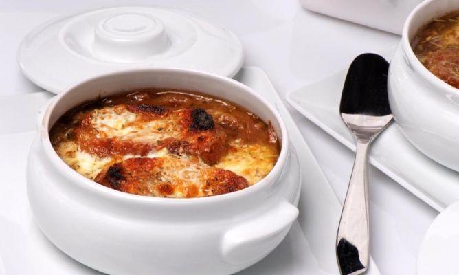 La tradicional receta de sopa de cebolla al estilo casero, con cebolla morada y rebanas de pan duro, elaborada por el cocinero Enrique Fleischmann.