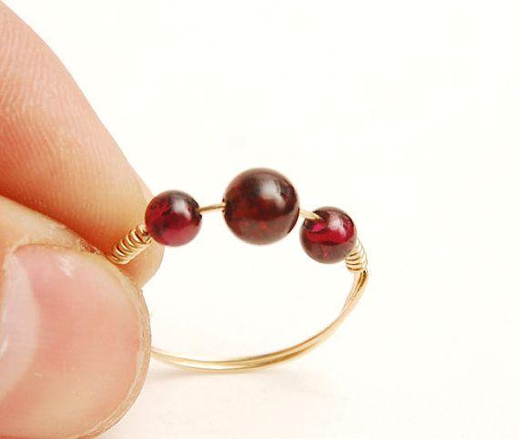 Cet anneau est confectionné à laide de 14k goldclad fil et qualité grenat dia…