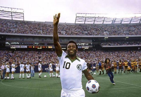 Pele prawie całe życie piłkarskie grał w Santosie • Brazylijczyk Pele w barwach New York Cosmos pozdrawia publiczność • Zobacz >> #pele #football #soccer #sports #pilkanozna #futbol