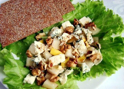 Салат с сыром. Пучок листового салата, 2 груши, 100 г сыра с плесенью, горсть…