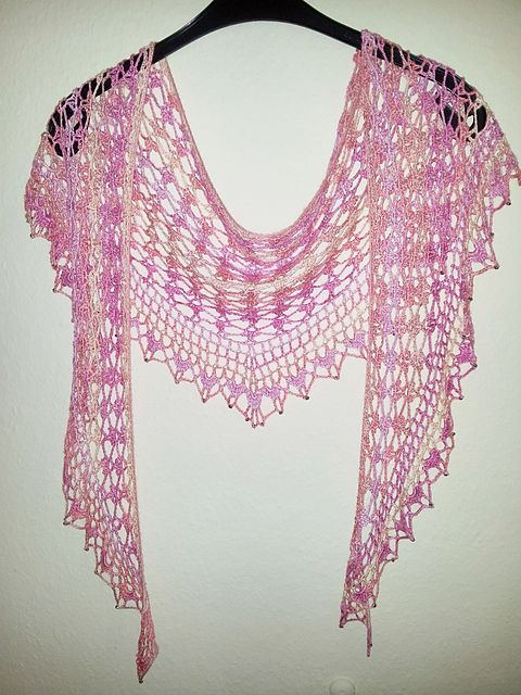 Ravelry: Bayleee's Rosarotes Flatterding - free pattern here: http://www.ravelry.com/patterns/library/summer-sprigs-lace-scarf