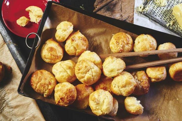 ZEIT Wochenmarkt: Dieser Käse passt gut zum Fernsehen, Käsegebäck