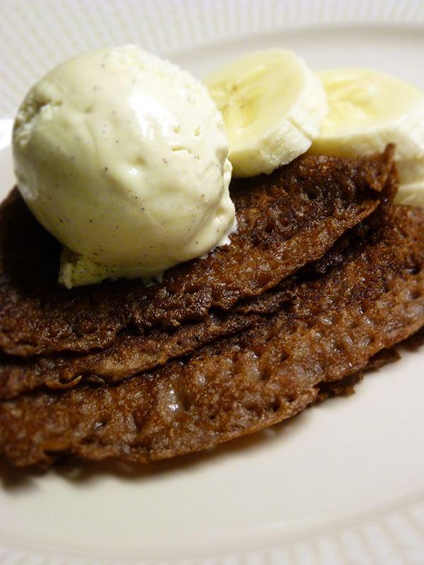 Recept På Chokladpannkakor. Enkelt och gott. Chokladpannkakor är vanliga pannkakor som smaksätts med kakao och vaniljsocker. De steks i smör i stekpanna, precis som vanligt och många väljer att servera dem med vaniljglass och skivad banan. En annan variant är vispad grädde och finriven mörk choklad. Välj i så fall gärna en lite finare sort, med 60-70 % kakaohalt. Glöm inte att röra i smeten mellan varje pannkaka - annars sjunker mjölet till botten.
