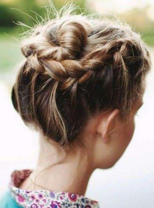 Realizzare questa treccia laterale è semplice, intrecciate i capelli sui lati della testa e fissateli con forcine.