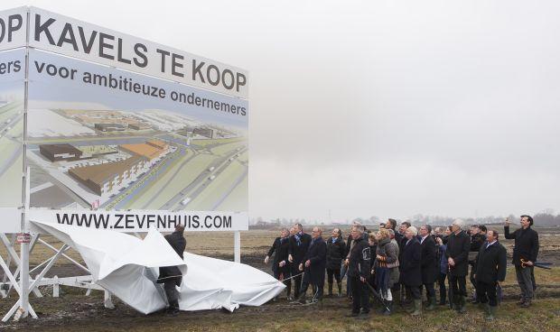 Gedeputeerde Jan van Run opent verkoop kavels bedrijventerrein Zevenhuis. April 2013 http://www.hoornactueel.nl/start-verkoop-bedrijventerrein-zevenhuis/
