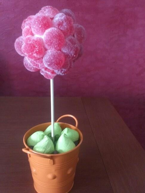 Árbol hecho con gominolas artesanas de fresa! Ideal para decorar las mesas de tu fiesta!