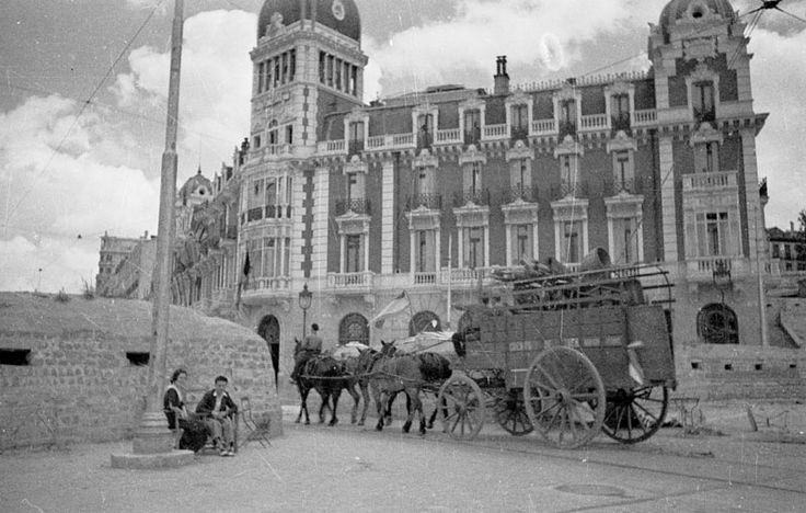 Spain - 1936-39. - GC - Madrid - Bunker en el centro de la Plaza de España de Madrid. Se ve un carro tirado por mulos y un hombre y una mujer sentados.