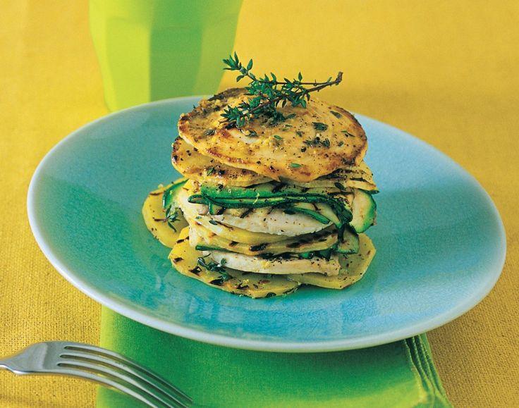 Tagliate la zucchina a fettine lunghe e sottili, grigliatele. Ripetete l'operazione con le patate tagliate a rondelle sottili. Disponete le verdure in un...