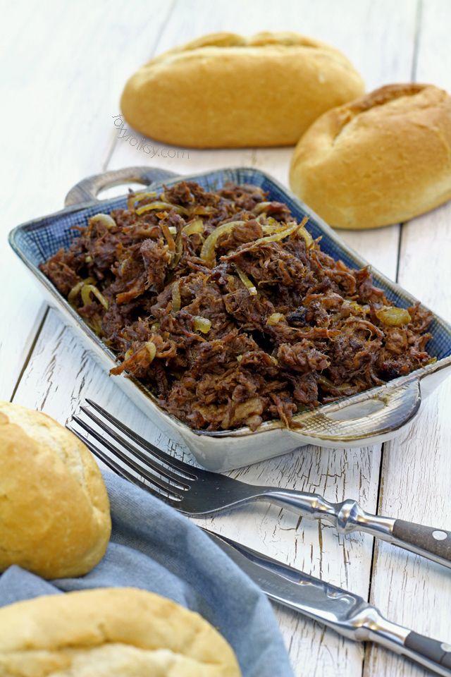 Prueba esta sencilla receta asado carne tirada que, literalmente, está cocinado a fuego lento hasta que tan tierno sin utilizar ningún olla de cocción lenta de fantasía.  |  www.foxyfolksy.com