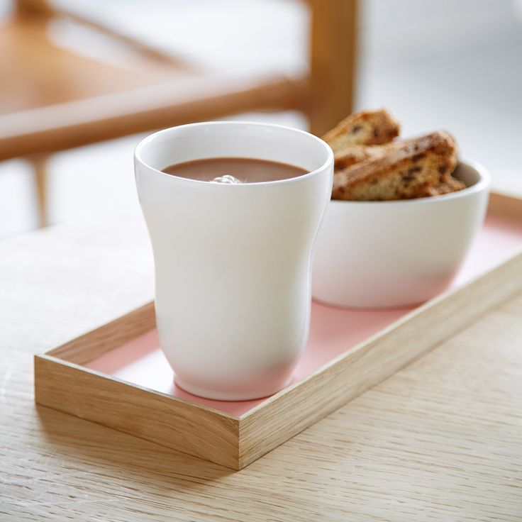 This white Ursula mug from Kähler fits into any tableware set and can be combined with the other mugs in beautiful colours from the same series.
