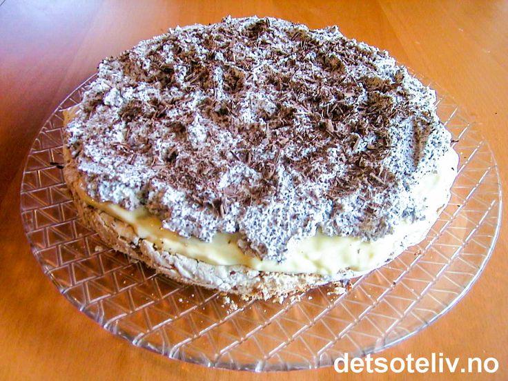 """""""Lengsel bærer et menneske halve veien"""" (islandsk ordtak). """"Islandskake"""" er en veldig populær kake som består av kokosmarengsbunn, vaniljekrem og sjokoladekrem. (Av en eller annen grunn har jeg fått inntrykk av at det er spesielt mannfolk som faller pladask for denne kaken.) Se også oppskrift på """"Islandskake med svisker"""" og """"Islandskake med ananas""""."""