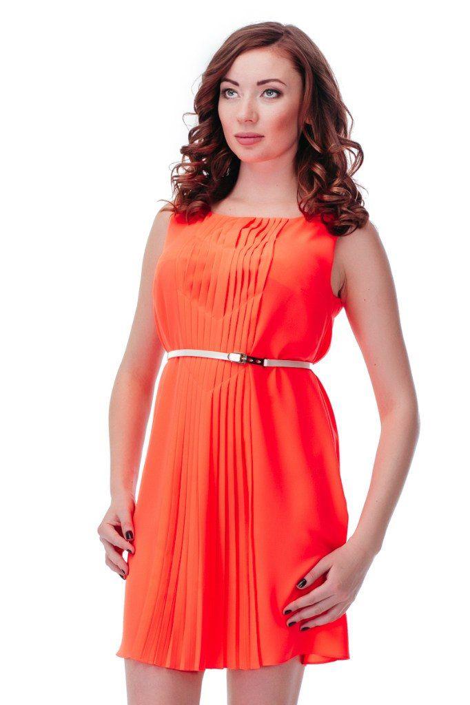 Платье GIZIA Артикул 010-010-0034 ЦЕНА 4680 руб Размеры 36-42 Яркое элегантное платье свободного кроя без рукавов. Платье от GIZIA выполнено из полупрозрачного легкого матового шифона насыщенного ярко-оранжевого цвета. Оригинальные складки спереди по всей длине. Можно носить с тонким перламутровым поясом, который входит в комплект, а так же свободно. Замеры для размера 36: Длина изделия: 80 см. Ширина подмышками: 46 см. Вид застежки: без застежки.