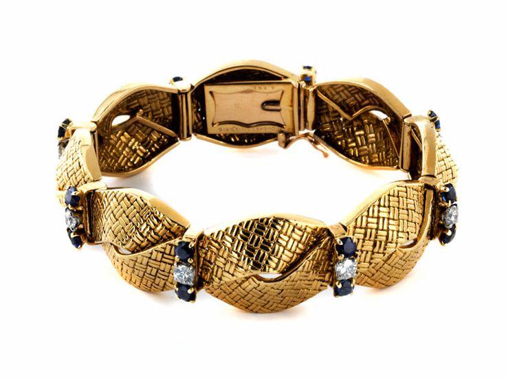 """Länge: ca. 16,5 cm. Breite: ca. 1,6 cm. GG 750 und Platin. Signiert: """"BOUCHERON - PARIS 6.686"""". Um 1950. Elegantes feines Armband in Flechtoptik besetzt..."""